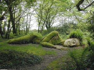 The-Peaceful-Sleeping-Goddess-in-Heligan-England_Theamazingpicscom